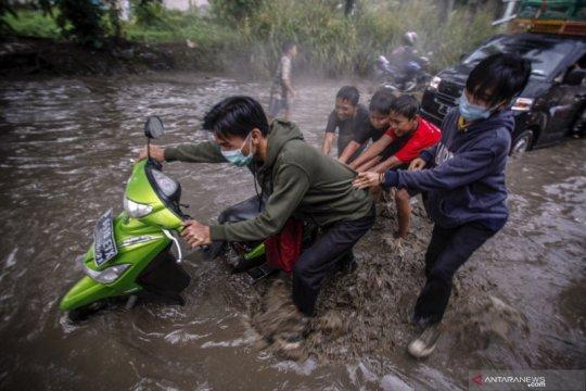 Jalan raya Bojong Gede - Citayam terendam banjir