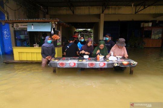 Banjir melumpuhkan aktivitas masyarakat