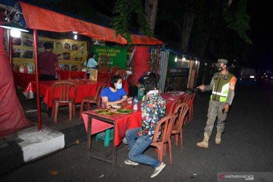 Petugas Satpol PP razia sejumlah lokasi saat PSBB Total DKI Jakarta
