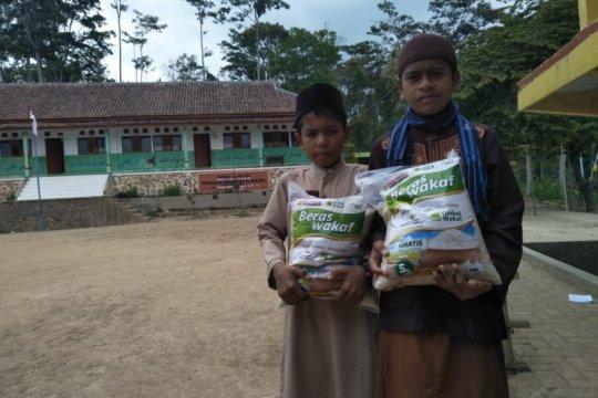 ACT Madiun salurkan bantuan pangan ke pondok pesantren