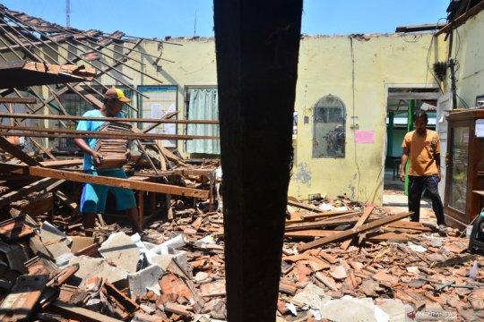 Bangunan atap sekolah runtuh