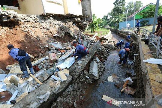 Sudin SDA Jaksel lakukan pembersihan puing longsor di Jagakarsa