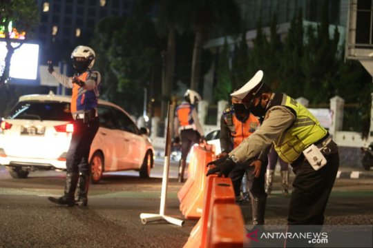Polisi tutup lima ruas jalan di Bandung cegah penyebaran COVID-19