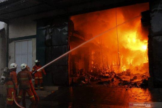 Gudang penyimpanan mesin jahit terbakar