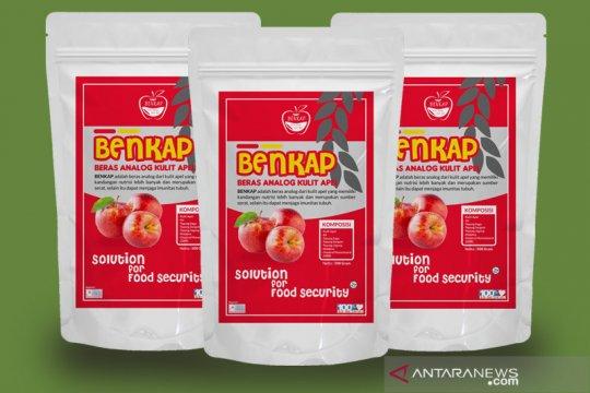 Mahasiswa FTP UB-PKK Tulungrejo buat beras dari kulit apel