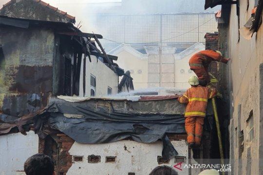Saksi: Angin kencang membuat api membakar dua RT di Bungur