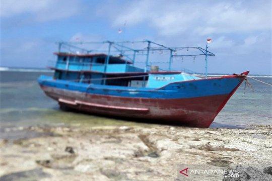 Awak kapal yang kandas terdampar di Selaru, Kepulauan Tanimbar