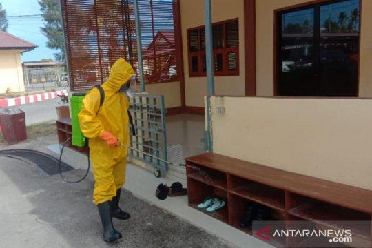 Polres Kupang lakukan penyemprotan disinfektan cegah  COVID-19