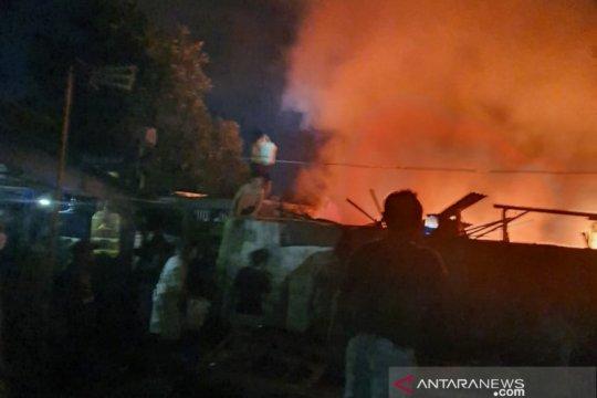 Damkar kerahkan delapan unit mobil padamkan kebakaran rumah