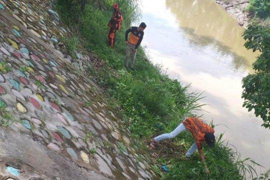 Amphibi lakukan aksi bersih di Sungai Deli