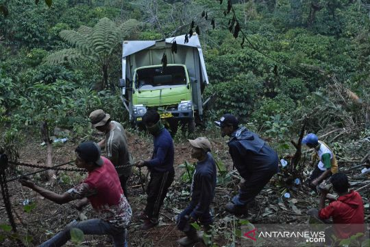 Evakuasi truk boks kecelakaan masuk jurang di Garut