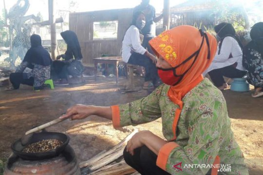 Pasar Tani Kranggan Temanggung adakan kontes sangrai kopi tradisional