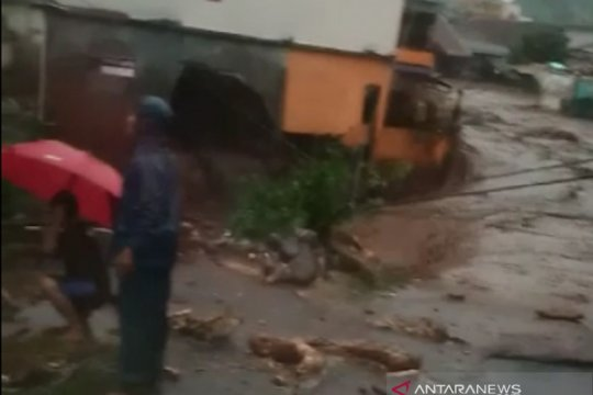 Rumah dan kantor di Cidahu Sukabumi rusak disapu banjir bandang