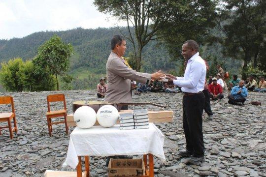 Polisi berikan bantuan Alkitab kepada jemaat Gereja Wandegobak