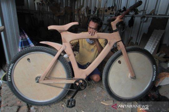 Produksi sepeda kayu pinus di Indramayu
