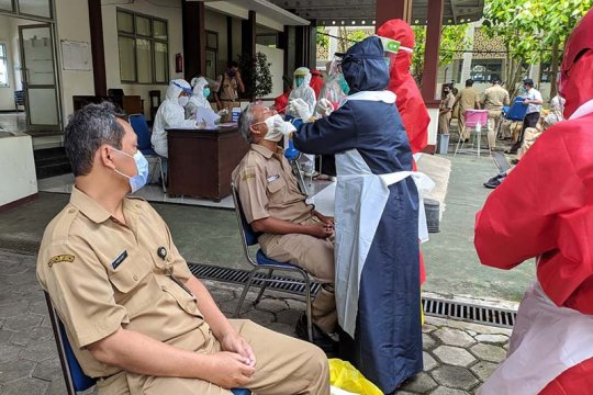 Pegawai DLH Banyumas jalani tes usap setelah ada yang positif COVID-19