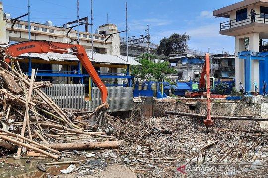 1.570 meter kubik sampah diangkat dari Pintu Air Manggarai