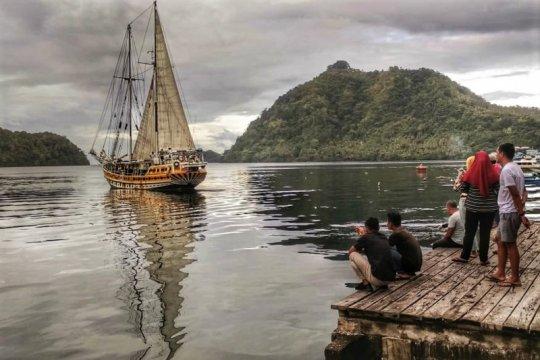 Kapal Arka Kinari betolak dari Banda menuju Pulau Selayar
