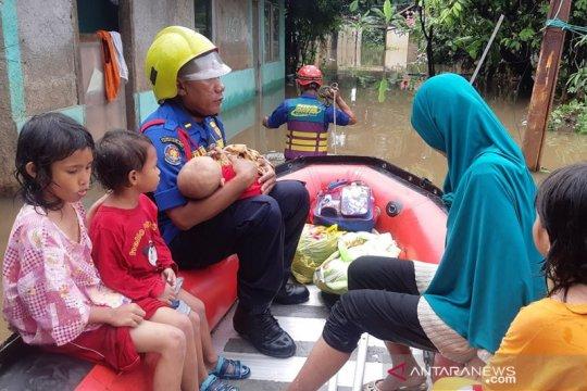 Personel evakuasi damkar disiagakan untuk bantu warga terdampak banjir
