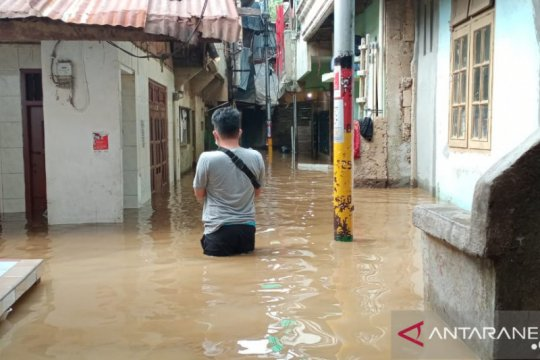 Kemarin, banjir mulai dilanda DKI hingga fasilitas pasien COVID-19