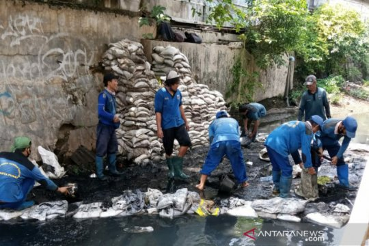 Hampir 1.000 petugas SDA Jakpus bersihkan saluran air