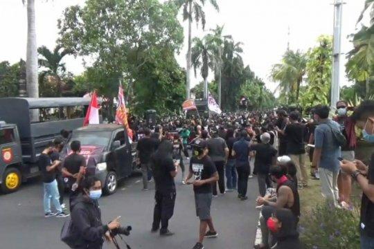 Ratusan pendukung Jrx SID gelar aksi damai di depan PN Denpasar