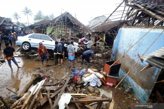 Belasan rumah hanyut akibat diterjang banjir bandang di Sukabumi