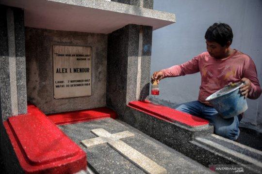 Perawatan makam Alex Mendur