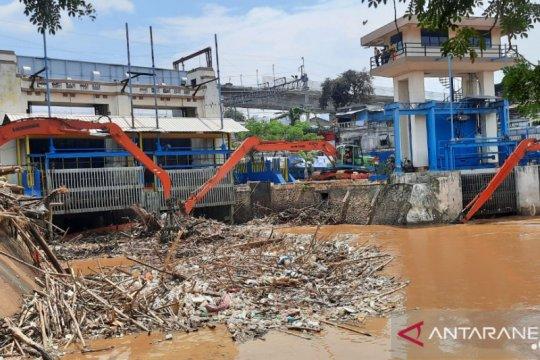 2.832 meter kubik sampah diangkat di Pintu Air Manggarai