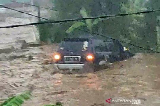 BPBD Kabupaten Sukabumi cari tiga orang hanyut dalam banjir Sukabumi