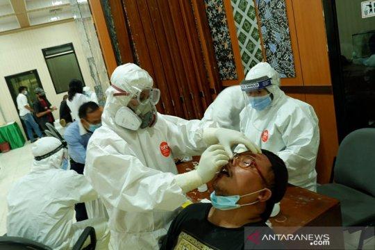 Seorang positif COVID-19, anggota DPRD Banten jalani tes usap