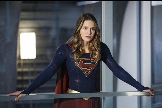 """""""Supergirl"""" gantung jubah"""