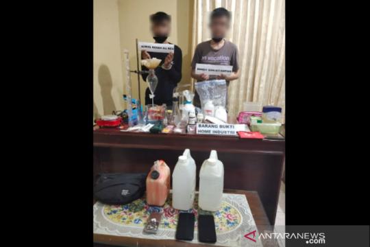 """Polisi bekuk dua pemuda hendak buka """"home industry"""" sabu-sabu"""
