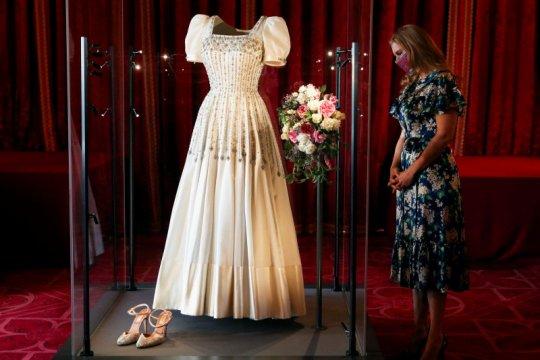 Gaun pengantin Putri Beatrice dari Inggris dipamerkan untuk publik