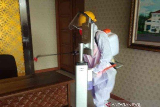 Respons cepat, petugas di  Bekasi jemput ASN COVID-19 saat rapat