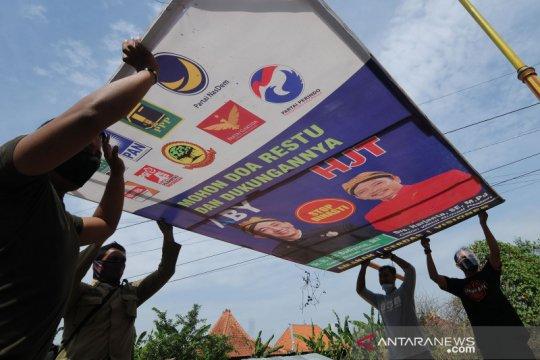 Penertiban alat peraga kampanye pilkada di Klaten
