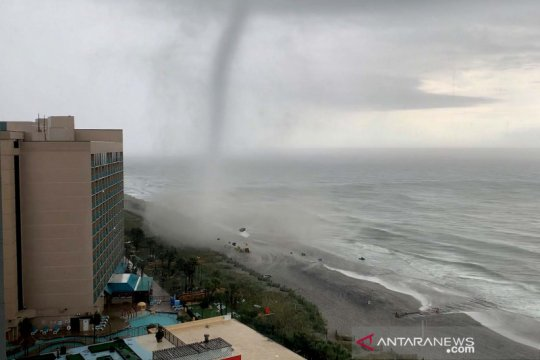 Penampakan angin tornado di pesisir Carolina Selatan