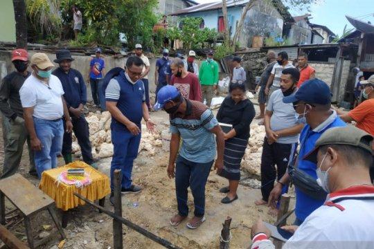 Bupati Tanimbar bedah rumah warga miskin di Saumlaki