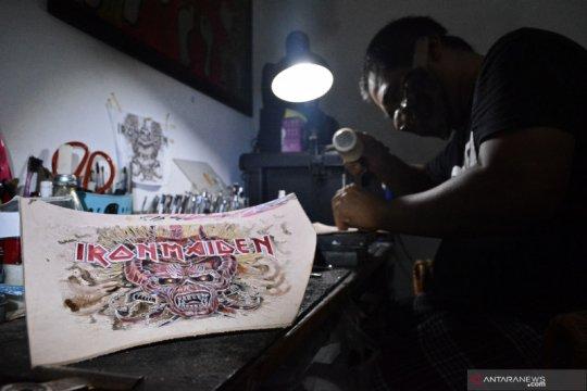 Kerajinan ukir kulit dari Kabupaten Garut