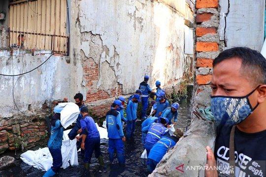 Pemprov DKI keruk saluran air di Kebon Kelapa