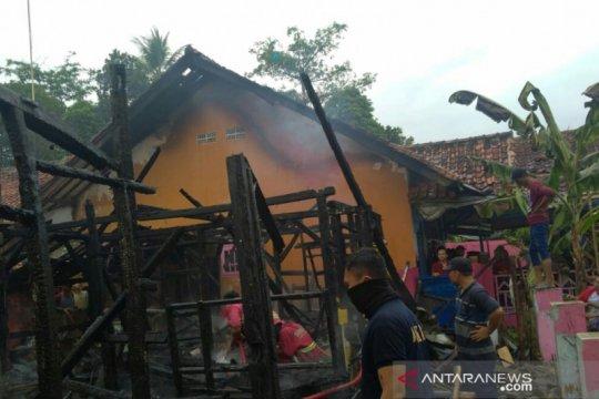 Lima rumah warga di Cikalongkulon Cianjur hangus terbakar