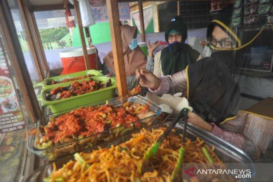 Berbagi berkah saat pandemi melalui nasi Padang Rp5.000