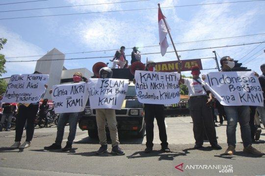 Pengunjuk rasa tolak deklarasi KAMI di Surabaya