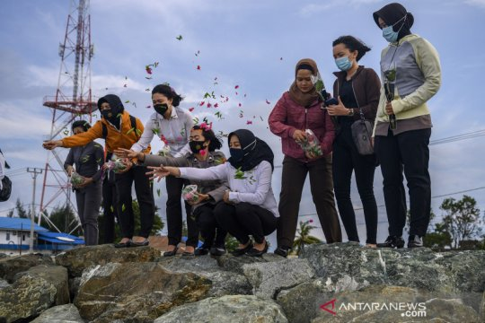 Tabur bunga mengenang dua tahun bencana tsunami di Palu