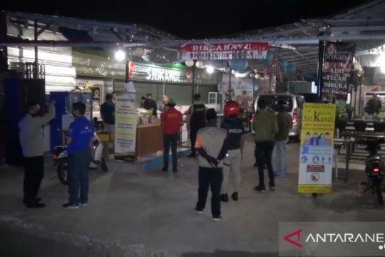 Satpol PP tutup pusat kuliner Jagakarsa karena langgar PSBB Jakarta