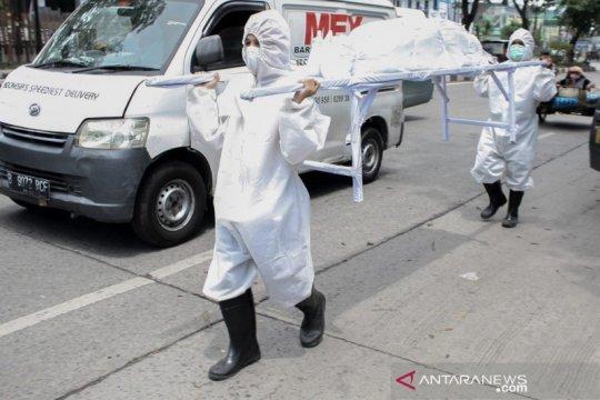 Petugas bawa boneka pocong saat razia masker di Kota Medan