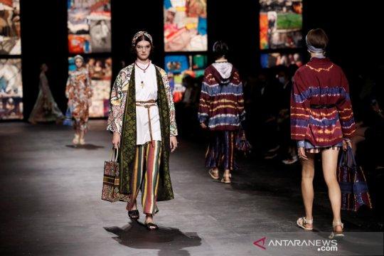 Buka Paris Fashion Week, Dior gunakan kain tenun ikat Indonesia