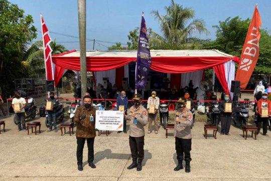 Korlantas bagikan 1.000 sembako ke ojek pangkalan di Stasiun Cibinong