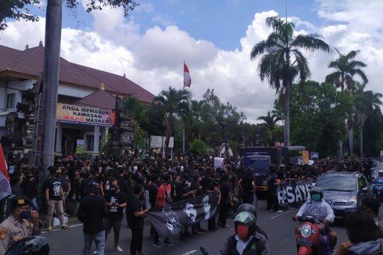 Polresta Denpasar bubarkan massa demo menuntut pembebasan Jrx