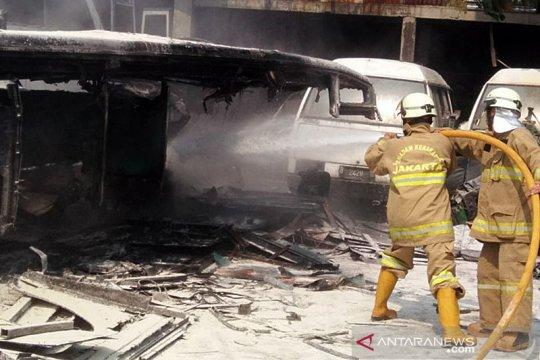 Bus terbakar di Pool Kramat Jati akibat percikan api dari mesin las